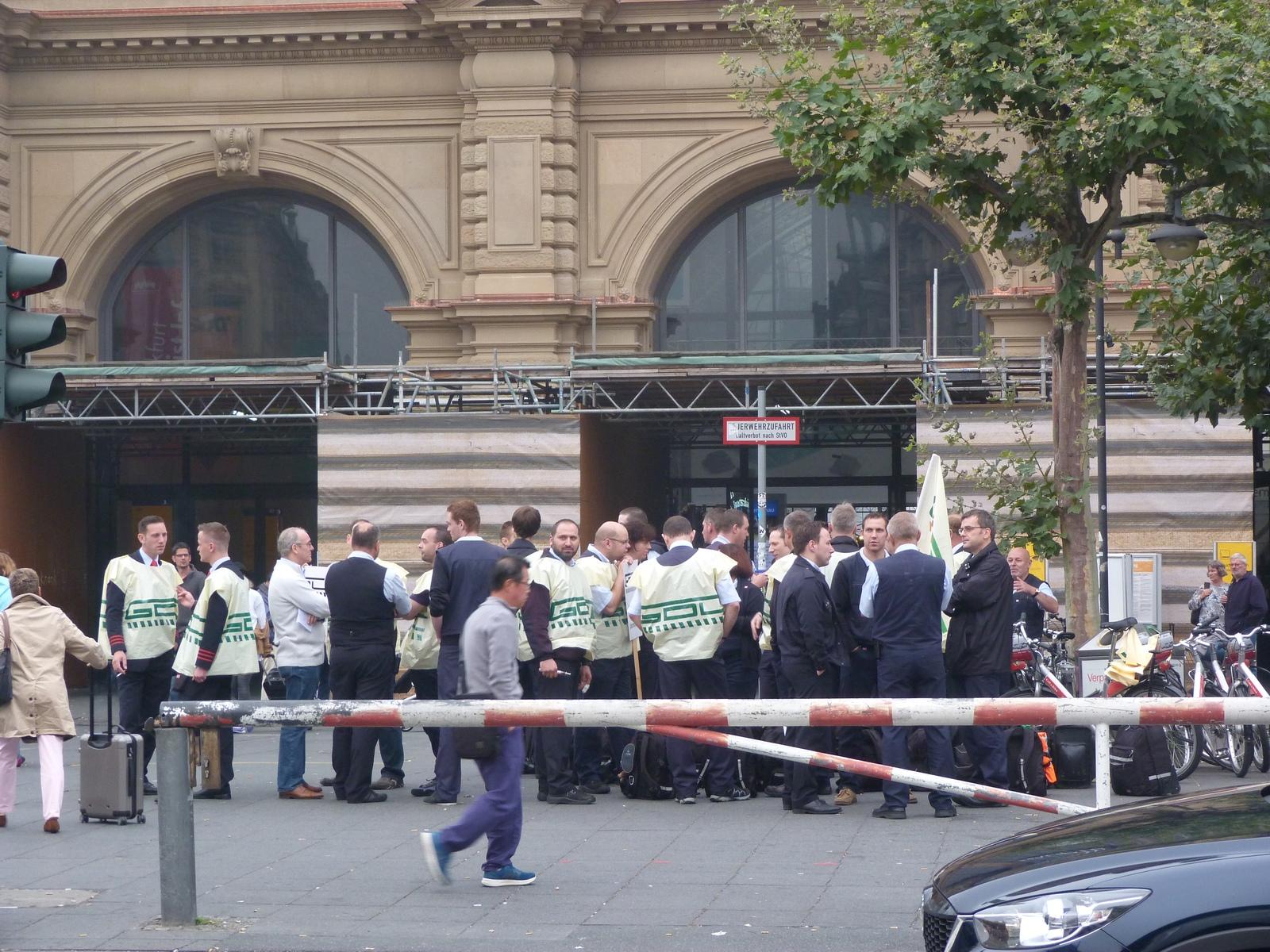 Streikende der GDL vor dem Frankfurter Hauptbahnhof