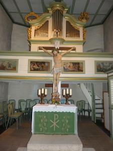 Altar, Kruzifix und Orgel der evangelischen Dorfkirche in Unterliederbach