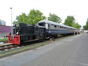 """Zug der HE an der provisorischen Haltestelle """"Inzetraße 34"""""""
