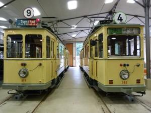 Zwei historische Straßenbahnzüge mit C-Triebwagen (links) und D-Triebwagen (rechts)