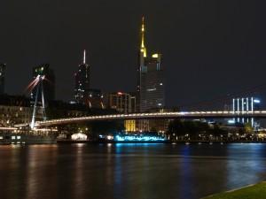 Holbeinsteg und Skyline von Frankfurt am Main