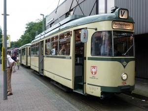 Historischer Straßenbahnzug an der Endhaltestelle in Schwanheim
