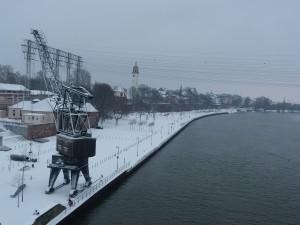 Blick von der Leunabrücke auf das Mainufer im Frankfurter Stadtteil Höchst