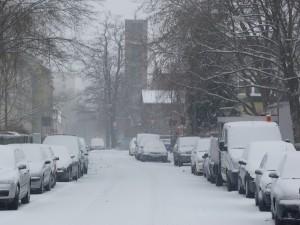 Winter in der kleinen unbedeutenden Straße im Westen von Frankfurt am Main