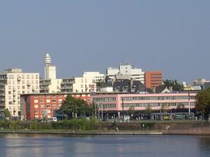Frankfurt am Main Sachsenhausen, Mainufer westlich der Friedensbrücke, Henninger-Turm im Hintergrund