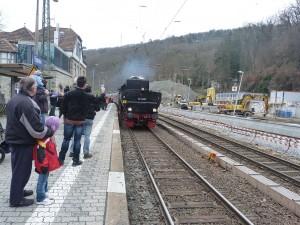 52 4867 läuft mit Verspätung in den Eppsteiner Bahnhof ein