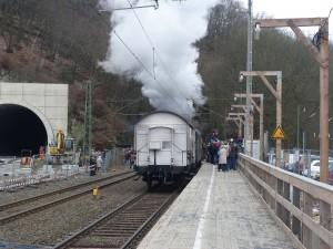 Der Dampfsonderzug verschwindet im alten Eppsteiner Tunnel