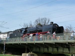 Schnellzugdampflokomotive quert die Nidda bei Frankfurt am Main Rödelheim