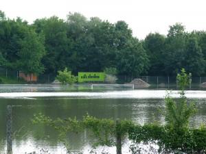 Fußballplatz in Gernsheim am Rhein während des Hochwassers am 5. Juni 2013