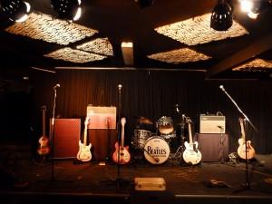 Die Bühne des Musikkeller-Frankfurt vor dem Auftritt der Cover-Band The Beatles Connection