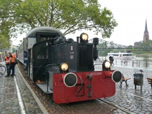 Kleindiesellokomotive (Kö) der Historischen Eisenbahn Frankfurt e.V. am Eisernen Steg in Frankfurt am Main