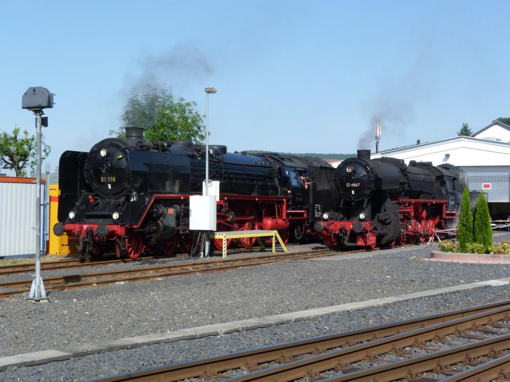 01 118 und 52 4867 warten Pfingstsonntag vor dem alten Lokschuppen in Königstein im Taunus auf ihren Einsatz.