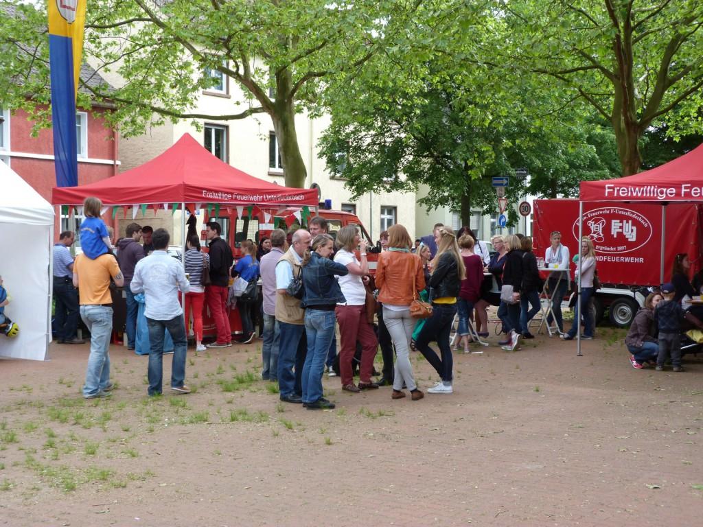 Bürgerfest in Unterliederbach 2013: Ein Blick zur Freiwilligen Feuerwehr