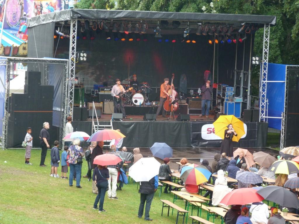 Unterm gelben Regenschirm: Die Sängerin der Band Miss
