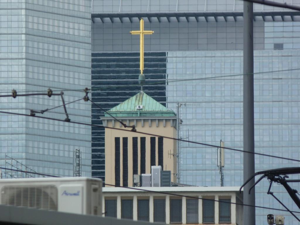 Turm und Kreuz der Matthäuskirche in Frankfurt am Main