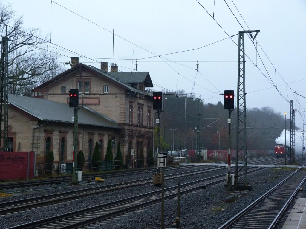 Eine dampfende Diesellokomotive? Nein, Diesellokomotive V 122 und Dampflokomotive 184 DME vor einem kurzen Zug