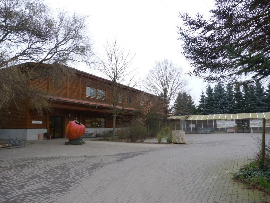 Bauernmarkt und Parkplatz des Elisabethenhofs in Frankfurt am Main Unterliederbach