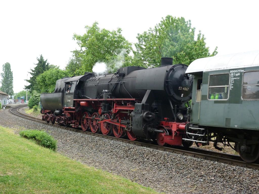 Die schwere Güterzugdampflokomotive 52 4867 der Historischen Eisenbahn Frankfurt e.V. (HEF) kurz vor dem Haltepunkt Unterliederbach