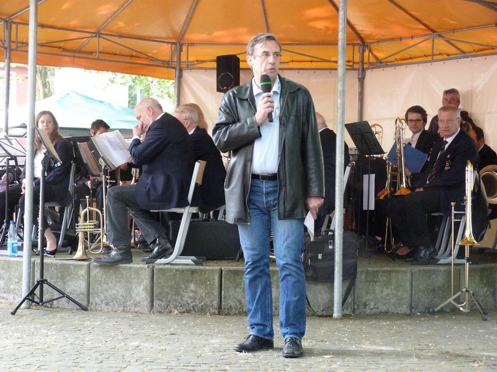 Hubert Schmitt, 1. Vorsitzender des vereinsring Unterliederbach, bei seiner Eröffnungsrede zum 34. Bürgerfest.