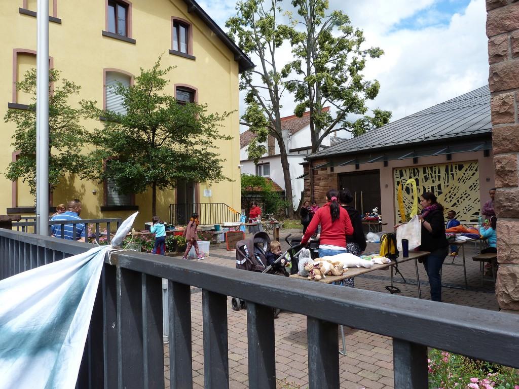Flohmarkt im Hof der katholischen Kirche St.Johannes Apostel in Frankfurt am Main Unterliederbach