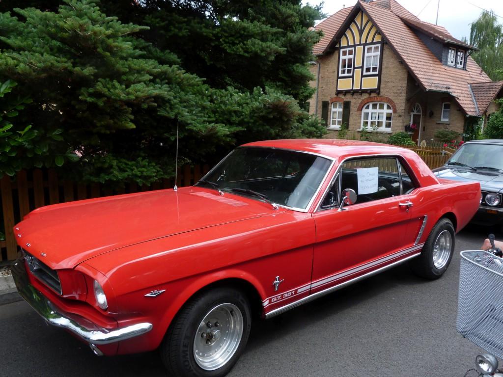 Höfeflohmarkt im Unterliederbacher Heimchen: Ein Ford Mustang.