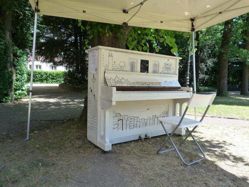Klavier im Garten des Bolongaropalasts