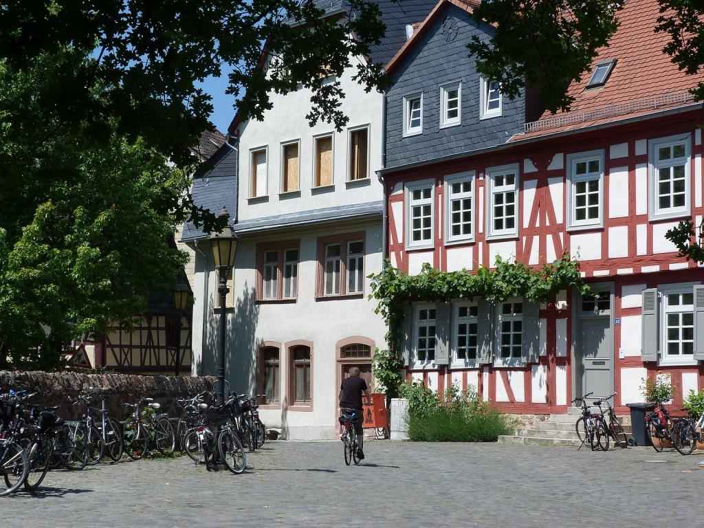 Der westliche Teil des Schlossplatzes in Frankfurt am Main Höchst mit den Häusern Hausnummer 12 und 14.