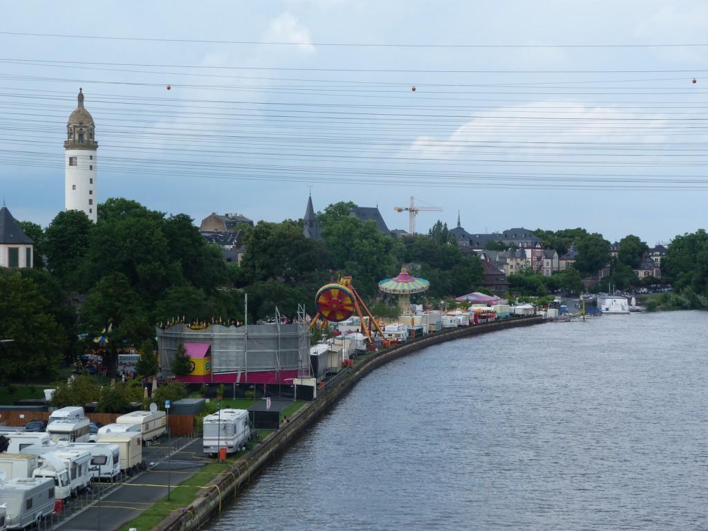Blick auf den großen Vergnügungspark am Mainufer 2014