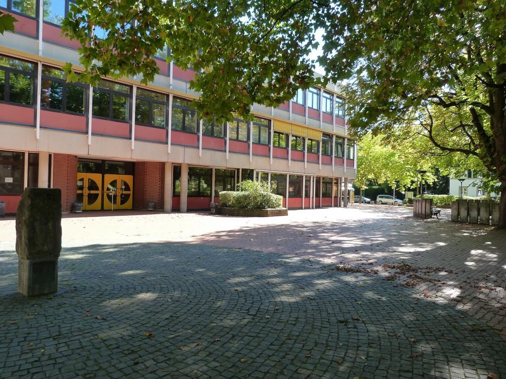Schulhof der Ludwig-Erhard-Schule in Frankfurt am Main Unterliederbach