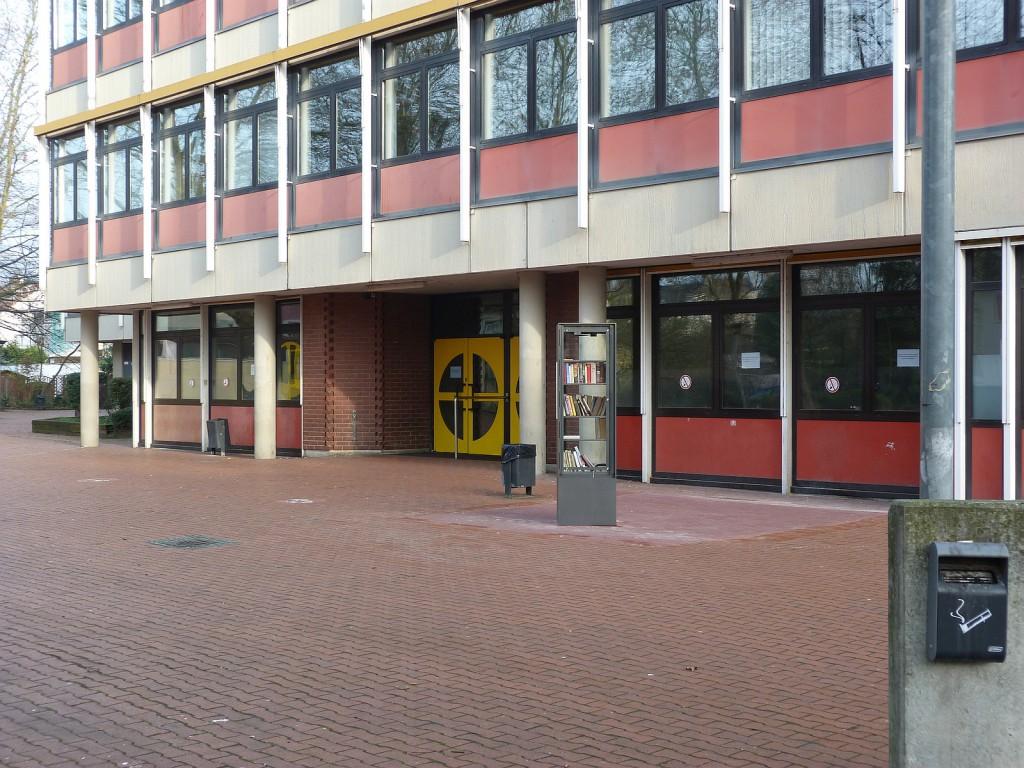 Offener Bücherschrank auf dem Schulhof der Ludwig-Erhard-Schule in  Frankfurt am Main Unterliederbach