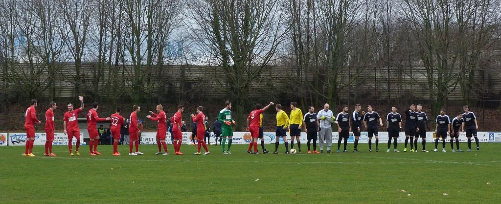 Die Mannschaften vor dem Spiel - der 1. FC Eschborn in den roten Trikots, der VfB Unterliederbach in den schwarzen.
