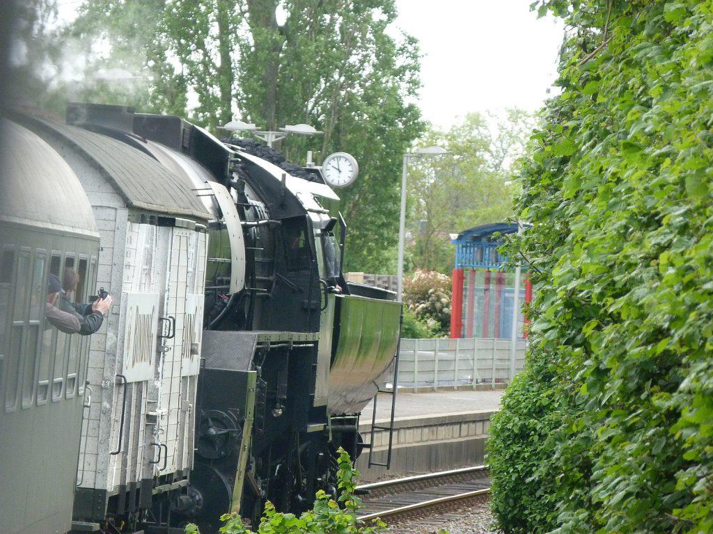 Zug mit Kriegslokomotive CFL 5519 durchfährt den Haltepunkt Frankfurt-Unterliederbach