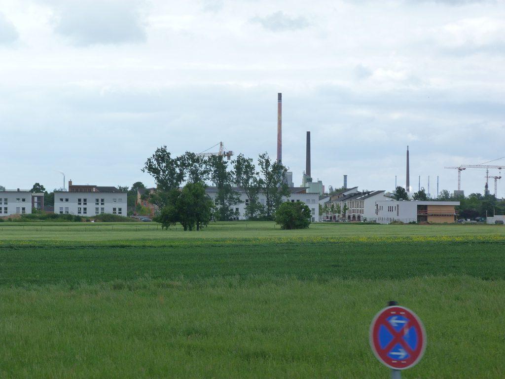 Parkstadt Unterliederbach vom Zug her gesehen.