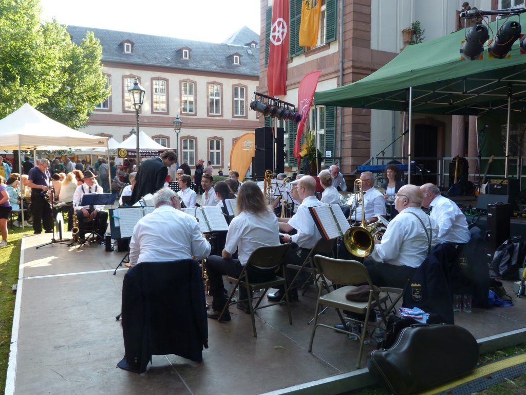 Höchster Blasorchester / Musikverein Unterliederbach spielt auch 2016 zur Schlossfesteröffnung