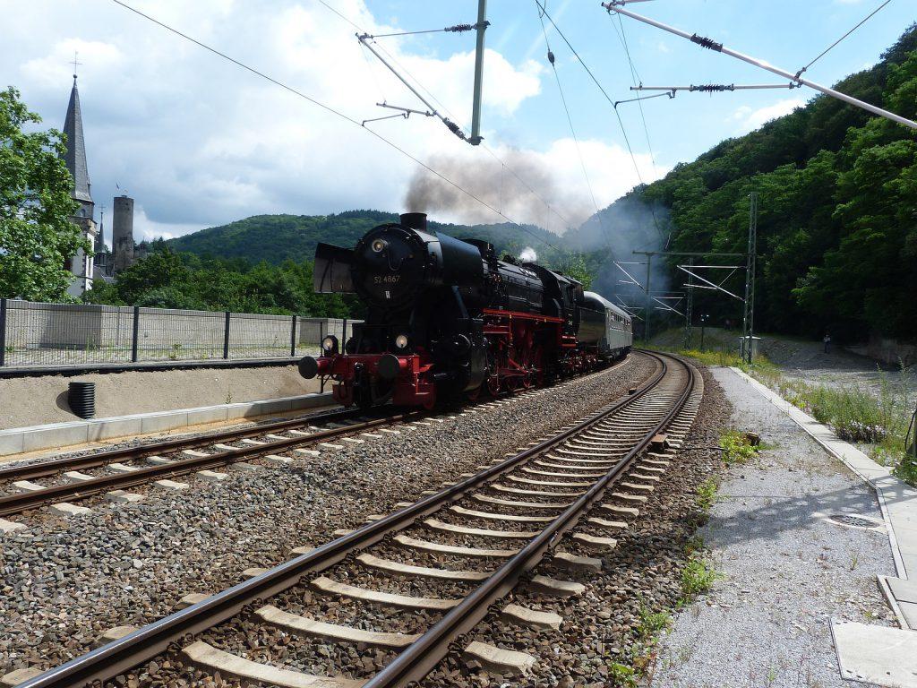 Dampflokomotive 52 4867 fährt in den Bahnhof von Eppstein ein.