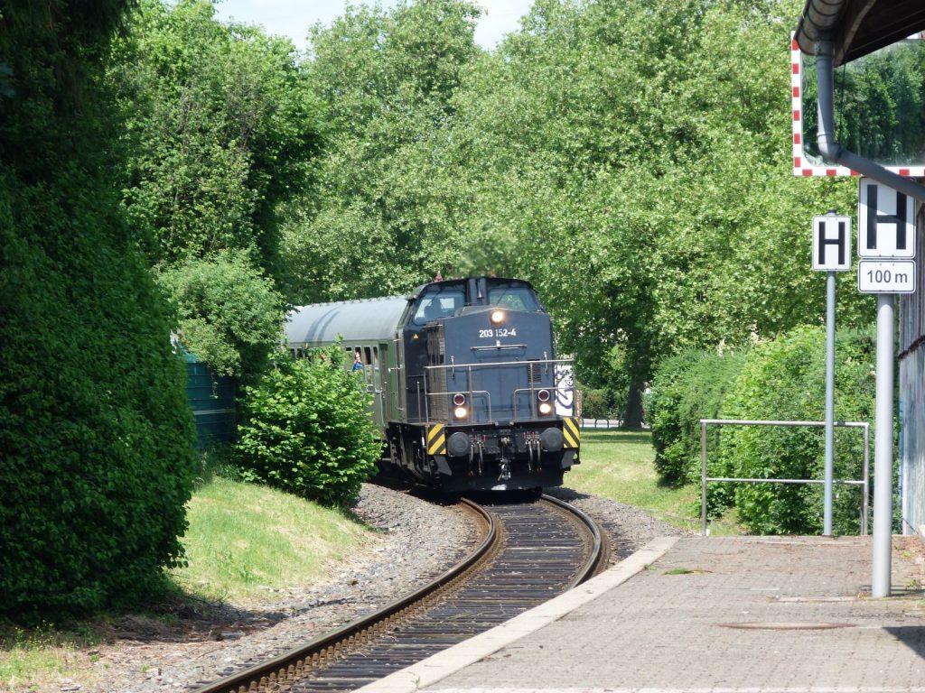 203 152-4 biegt in den Haltepunkt Unterliederbach ein