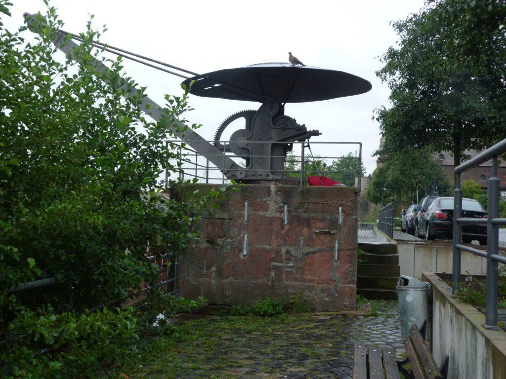 Verladekran am Höchster Mainufer im Bereich der Niddamündung