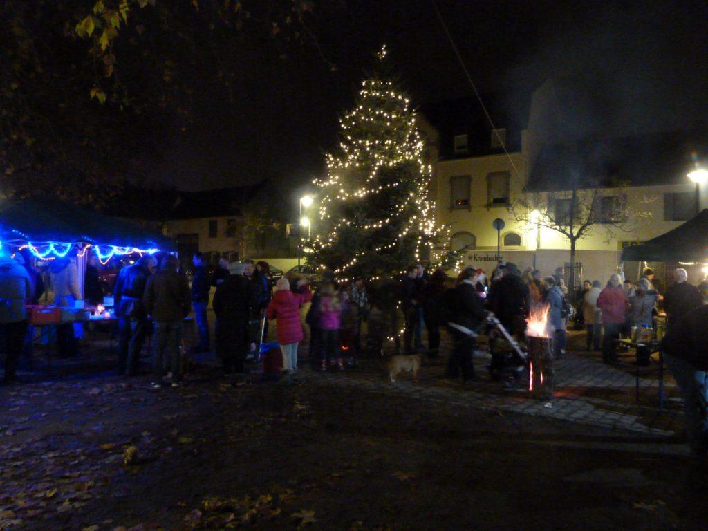 Aufstellen des Weihnachtsbaumes inUnterliederbach 2017