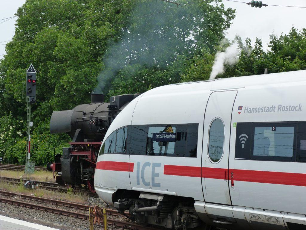 Dampflokomotive 52 4867 und ICE in Frankfurt-Höchst