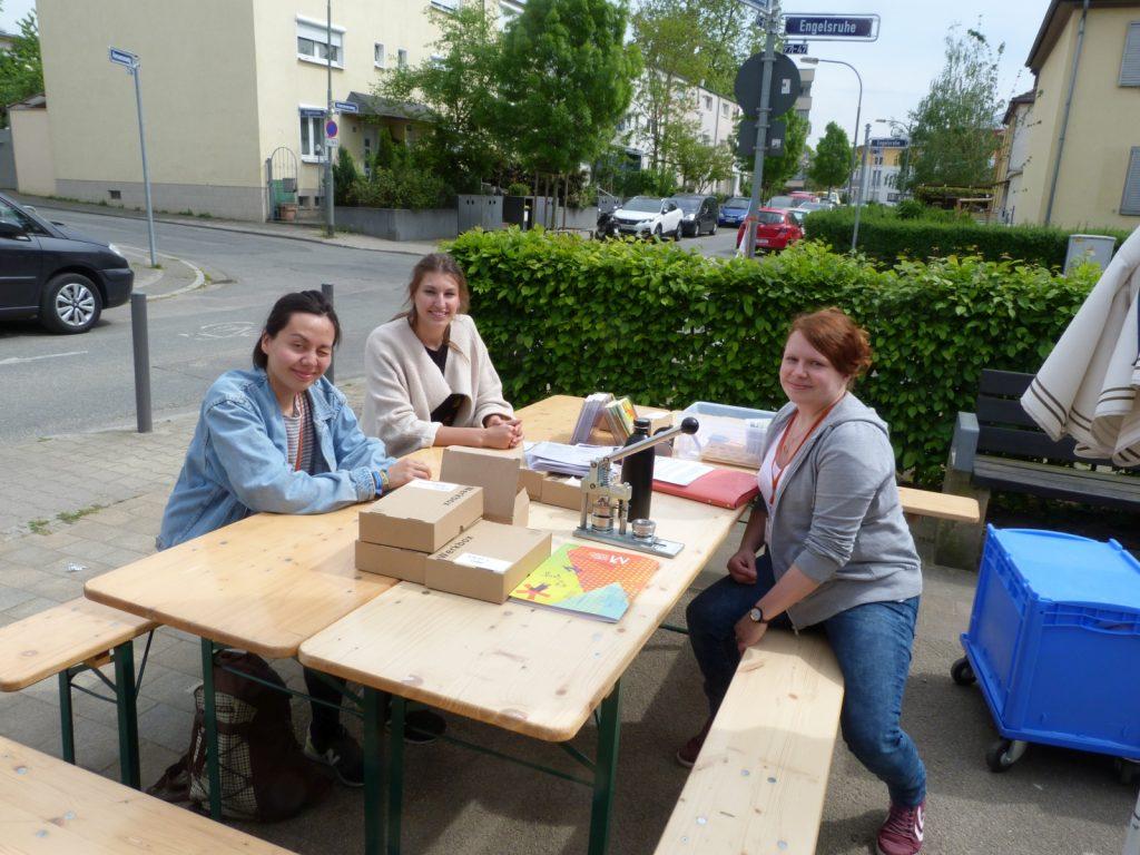 Drei junge Damen vom Jungen Museum Frankfurt am Büdchen Engelsruhe