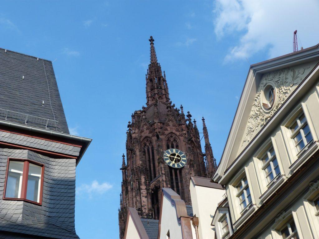 Domspitze über neuen Altstadt von Frankfurt am Main