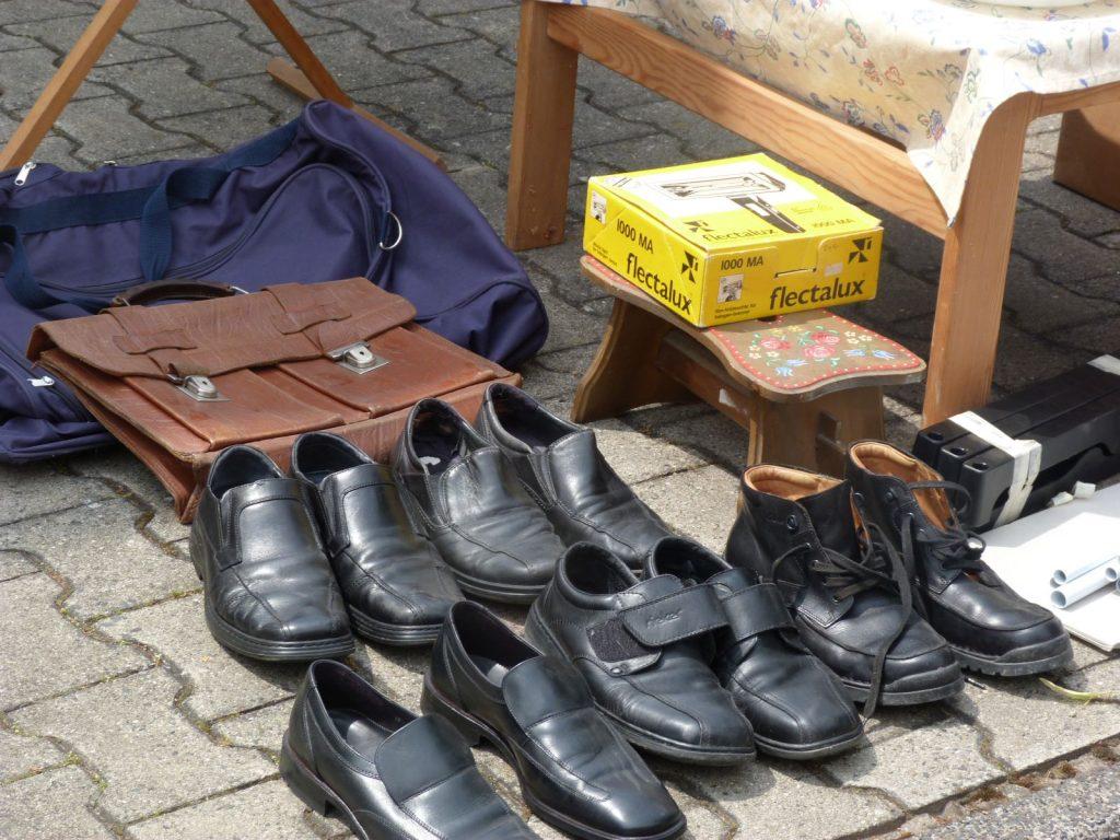 Acktentasche und Schuhe auf dem Unterliederbacher Höfeflohmarkt 2018