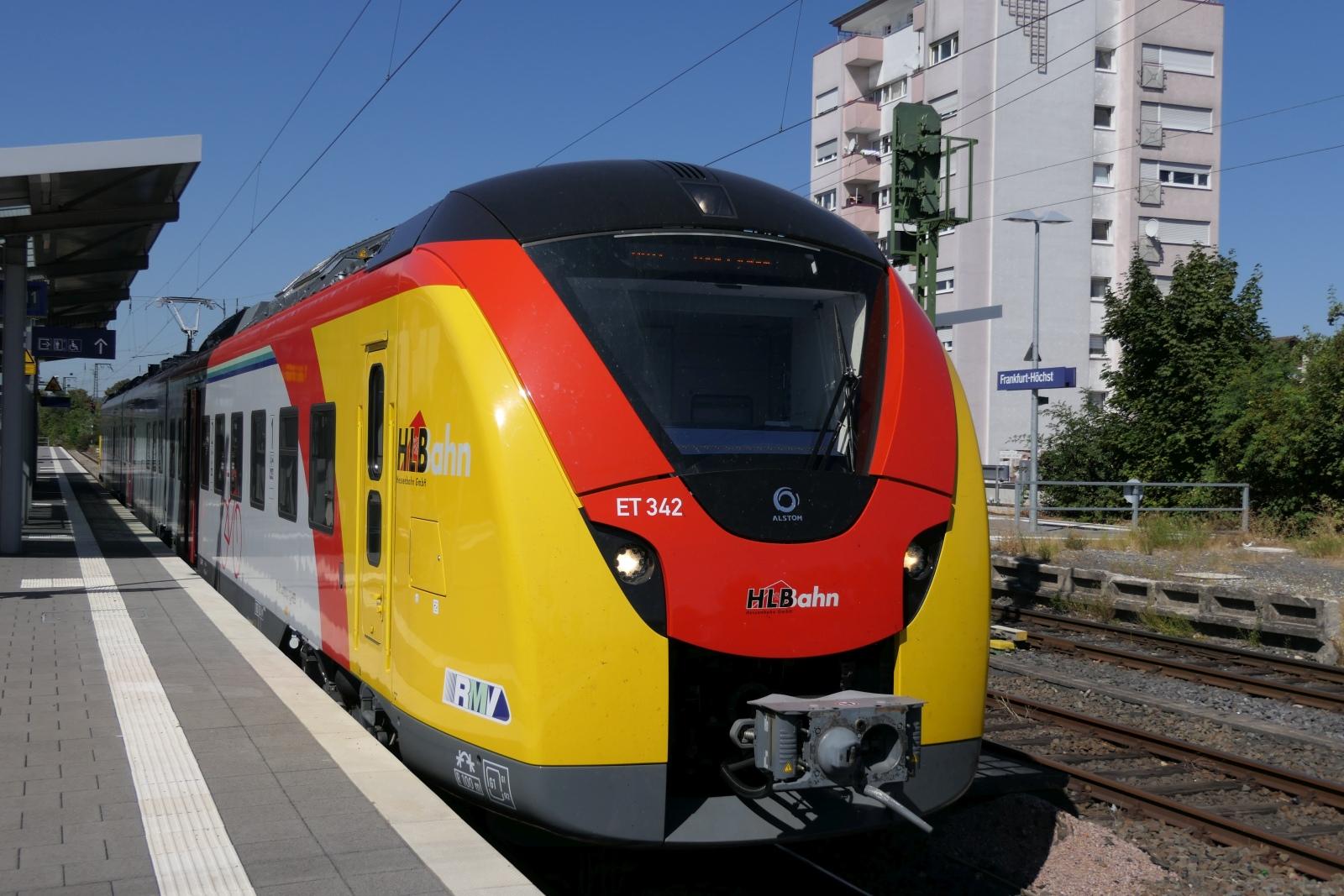 Elektrischer Niederflurtriebwagen Coradia Continental im Bahnhof Frankfurt-Höchst.