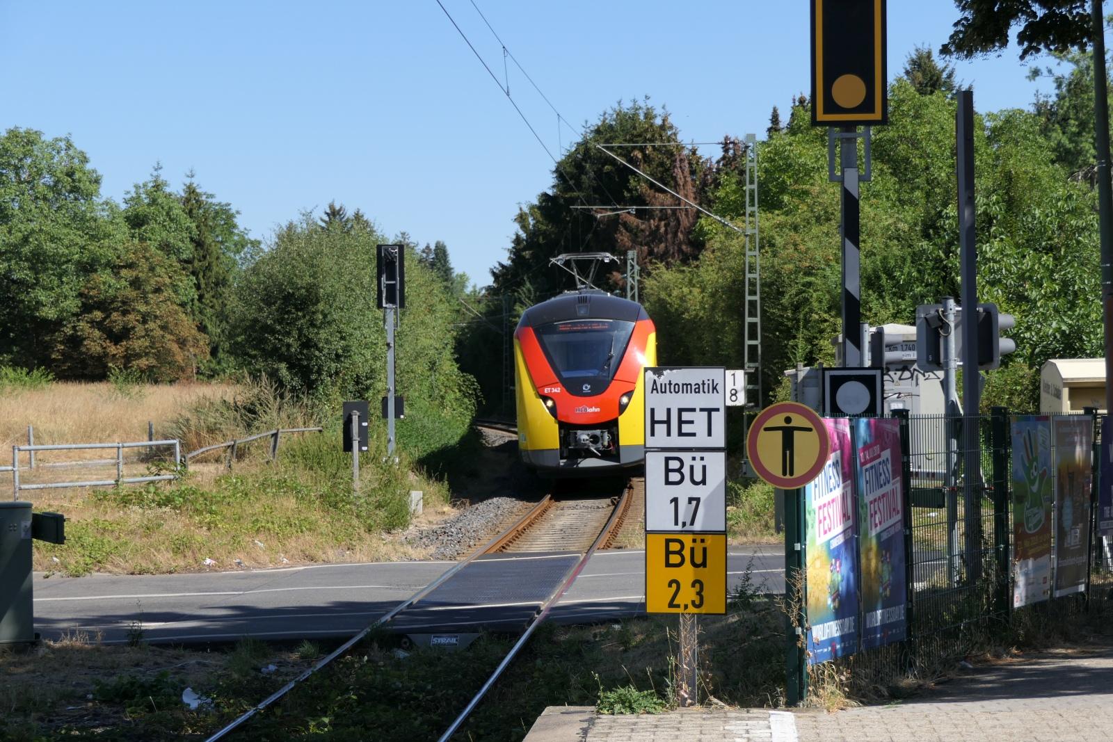 Coradia Continental fährt in den Haltepunkt Sossenheim ein.