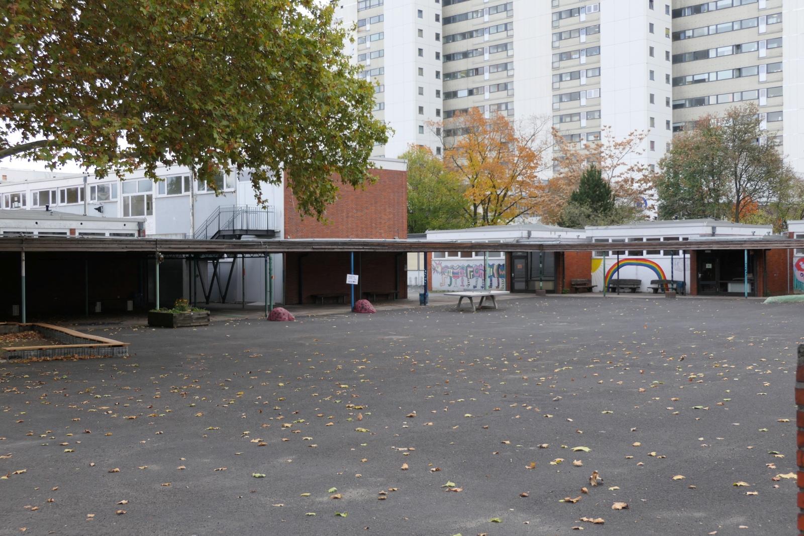 Der Weg zum Wahllokal war hier am Morgen der Wahl zum Hessischen Landtag leer.