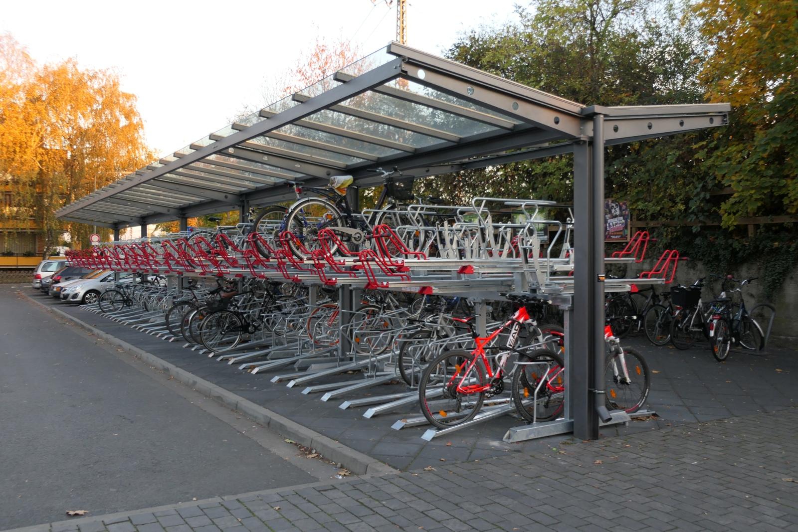 Fahrrad-Abstellanlage an der Nordseite des Bahnhofs Frankfurt-Höchst.