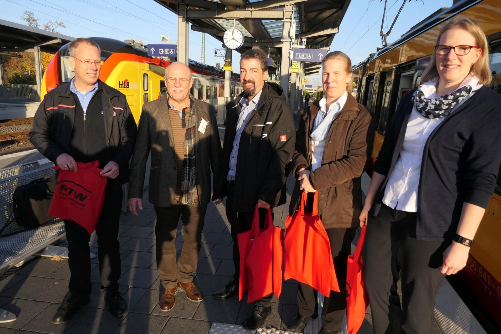 Geschäftsführer Horst Amann (2. von links) nach der Präsentation eines Zweisystem-Zuges am Bahnhof Frankfurt-Höchst.