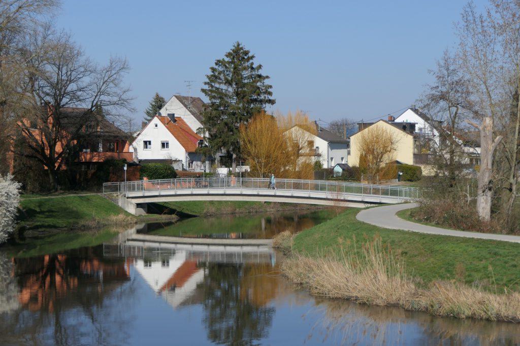 """Fußgängerbrücke über die Nidda zwischen den Frankfurter Stadtteilen Nied und Sossenheim (Siedlung """"Im Mittleren Sand"""")"""