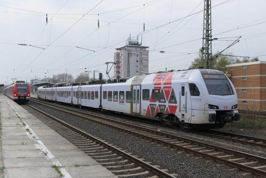 Bahnhof Frankfurt-Höchst mit Regionalexpress und S-Bahn