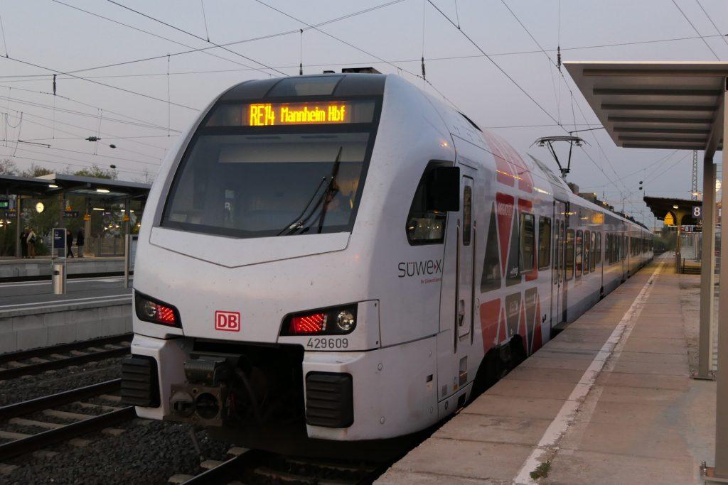 RE14 an Gleis 8 in Frankfurt-Höchst.